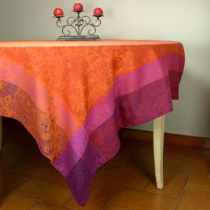 "Set of a Rectangle 69x98"" French Jacquard Red Tablecloth ""Colombes"" and 6 napkins"
